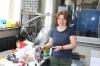 Frau Braun repariert Waschmaschinen und betreut das Lager