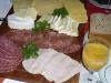 Wurst-Käse-Platte am Frühstückstisch